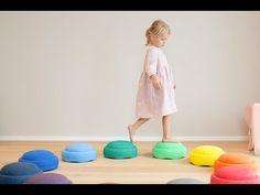 Stapelsteine bringen Bewegung in den Alltag von Kindern! Jetzt mehr erfahren und Stapelsteine direkt in unserem Onlineshop bestellen. Montessori, Activities To Do, Playroom, Baby, Kids Rugs, Education, Children, Suitcase, Interior