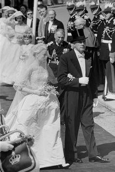 Grace Kelly erscheint zu ihrer Hochzeit mit Rainier in der Saint Nicholas Cathedral, 1956