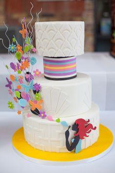 Chiếc bánh với kiểu dáng và màu sắc lạ.