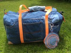 """Jeans-Recycling deluxe von Ute Schappert für unseren Wettbewerb #machdeinding2016: """"Alte Jeans mit einem Taschen-Boden aus SnapPap. Ich habe noch ein Futter aus gefärbter Bettwäsche eingenäht. Nach der ersten Reise habe ich noch eine Griffpolsterung angebracht, die sich bereits bewährt hat."""""""