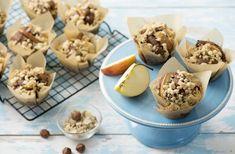 Rychlý moučník z jablek nejen na neděli jistě potěší ...  Ingredience 2 jablka (asi 400 g) 180 g Hera máslová příchuť (pokojová teplota) 180 g cukru 1 vejce 330 g polohrubé mouky 1 lžička kypřicího prášku Dutch Recipes, Apple Recipes, Cupcakes, High Tea, Cravings, Delish, Stuffed Mushrooms, Pudding, Cheese