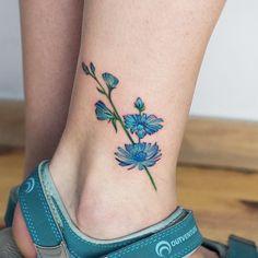 Tatuagem feita por Ana Botyk de Kiev.  Flor azul no tornozelo.  #tattoo #tatuagem #arte #art #design #tattoo2me #delicada #fineline #botanica