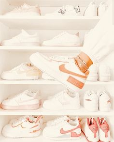 Dr Shoes, Cute Nike Shoes, Swag Shoes, Cute Nikes, Nike Air Shoes, Hype Shoes, Nike Shoes Outfits, White Shoes Outfit Sneakers, White Sneakers Nike