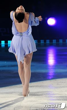 Yuna Kim's beautiful back appearance Figure Skating Competition Dresses, Figure Skating Outfits, Figure Skating Costumes, Figure Skating Dresses, Kim Yuna, Dance Costumes Lyrical, Jazz Costumes, Ice Princess, Young And Beautiful
