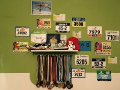 Ik heb al mijn nummers, medailles en aandenkens aan wedstrijden aan mijn muur gehangen.
