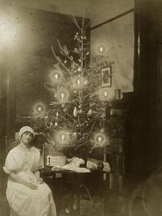 Photo of a victorian christmas tree with candles burning. Victorian Christmas Tree, Old Time Christmas, Ghost Of Christmas Past, Old Fashioned Christmas, Antique Christmas, All Things Christmas, Christmas Holidays, Christmas Decorations, Christmas Trees