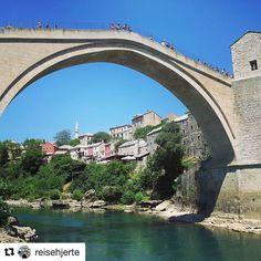 På jakt etter nye steder? Hva med Bosnia-Hercegovina. #reiseblogger #reiseliv #reisetips #reiseråd  #Repost @reisehjerte (@get_repost)  Stari Most | the old bridge  Mostar er kjent for den vakre gamle broen i Ottomanstil som går over elven Neretva i den gamle delen av byen. Broen ble opprinnelig bygget i 1557-1567 men ble ødelagt i 1993 under krigen i Bosnia-Hercegovina. Idag er både broen og gamlebyen i Mostar gjenoppbygget - og er et sted man absolutt burde stoppe opp om man er på…