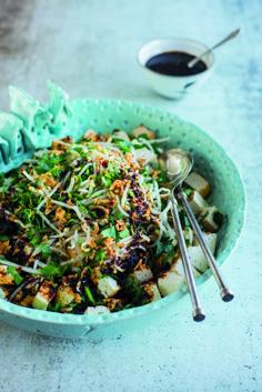 Salade van gebakken tahoe en taugé in lichtpittige ketjapsaus - 24Kitchen Tempeh, Seitan, Tofu, Indonesian Food, Indonesian Recipes, Japchae, Side Dishes, Salads, Veggies