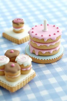 Decorated Sugar Cookies that look like cute little cakes