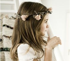 Niña de Comunión con corona de flores de Sally Hambleton y vestido de Macarena Kindelán