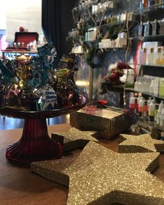 #christmas #decoration 🎄 #chocolates #rosina #laura #greek #love #lovely #christmasiscoming #gifts #perfumes #silkscarves #ties #umbrellas #andmore #rosinaperfumery #luxury #perfumery #nicheperfumery 📍 #giannitsopoulou6 #glyfada #athens #greece #shoponline : www.rosinaperfumery.com 🎁☃️⭐️🎅🏻