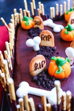 Recette du gâteau cimetière pour Halloween #halloween #gâteau #cimetière Petite Meringue, Biscuit Oreo, Fete Halloween, Totalement, Cookies, Cake, Desserts, Food, Sugar Paste