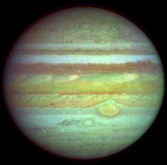Júpiter es el quinto planeta desde el Sol, y el mayor del Sistema Solar. es el primero de los llamados gigantes o exteriores. Júpiter es 1. 400 veces más voluminoso que la Tierra, pero su masa es sólo 318 veces la de nuestro planeta. La densidad media de Júpiter es una cuarta parte de la densidad de la Tierra, lo que indica que debe estar formado por gases más que por metales y rocas como la Tierra y otros planetas interiores.