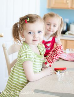 Capturing kids in the kitchen: holiday photo tips for moms #photography