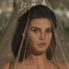do you like lana del rey? yaass do you like lana del rey? Divas, Pretty People, Beautiful People, Beautiful Women, Beautiful Pictures, Aesthetic Themes, Aesthetic Pictures, Queen Aesthetic, Crown Aesthetic