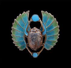 JUGENDSTIL: Egyptian Revival Scarab Brooch: Gilded silver. Plique-à-jour enamel. H: 3 cm (1.18 in); W: 3 cm (1.18 in). Marks: '800'. German, c.1900. (Ref: 4809)