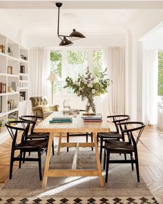 Saving family traditions: emotional home in Bilbao, Spain Inspiring dining interior (see full home) Dining Nook, Dining Room Design, Dining Room Chairs, Natural Wood Dining Table, Office Chairs, Home Interior, Interior Design, Design Art, Sweet Home