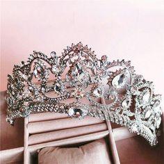 Com essa inspiração linda de grinalda para as  noivinhas pra dizer que hoje teeem! ������ #noivas #diadenoiva #grinalda #makeup #makeupnoivas #inspiração #bride http://gelinshop.com/ipost/1523962252008320240/?code=BUmM5gKD2zw