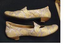 """Eva Gebhard (Kuratorin der Schuhtick-Ausstellung) schreibt: Mein derzeitiger Lieblingsschuh. Das sind sehr bequeme flache Pumps von """"Think!"""" Toll finde ich daran, daß der Schuh mit Formen verschiedener Epochen spielt. So ist da zum Beispiel etwas Barock drin, mit dem brokatartigen Muster und der Absatzform. Dabei ist der Schuh nicht aus Stoff, sondern aus einem geprägten Kalbsleder. Besonders gut finde ich dann auch noch, [...] er nach streng ökologischen Regeln hergestellt wurde. [...]"""