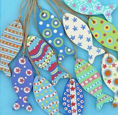 Fisk i træ finer, malet med mønstre - wooden Fish Fish Crafts, Beach Crafts, Clay Crafts, Wood Crafts, Diy And Crafts, Crafts For Kids, Arts And Crafts, Paper Crafts, Craft Projects