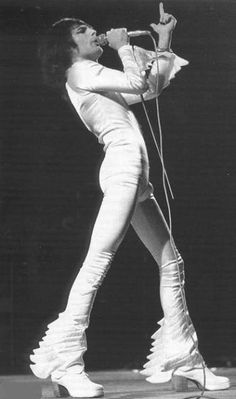 Freddie Mercury - in his suit his bandmates called his 'Kermit The Frog' suit. Although Freddie was only he looks like he is here ! We Will Rock You, I Still Love You, Brian May, John Deacon, Roger Taylor, Queen Freddie Mercury, Queen Band, Killer Queen, Save The Queen