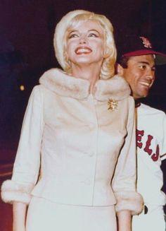 """1962 / Marilyn quitte la Fox après la petite fête organisée pour son 36ème anniversaire sur le plateau du film """"Something's got to give, en compagnie de l'acteur Wally COX. Ce soir là, elle assiste, avec le costume qu'elle porte dans la journée (un tailleur de soie beige avec toque en fourrure assortie), à une soirée au """"Chavez Ravin Dodger Stadium"""" de Los-Angeles, pour un match de base-ball donné au profit de la dystrophie musculaire ; elle lançe la première balle. Mais elle prend froid…"""