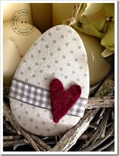 tutorial eggs in cardboard and cloth Easter Egg Crafts, Easter Bunny, Easter Eggs, Felt Crafts, Diy And Crafts, Free To Use Images, Easter Holidays, Spring Crafts, Happy Easter