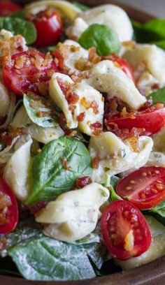 This BLT Pasta Salad is your Classic Bacon, Lettuce, and Tomato Sandwich updated for a quick, fresh, filling lunch! ( I would try Greek yogurt or low fat sour cream to mix with the ranch packet. Pasta Recipes, Salad Recipes, Dinner Recipes, Cooking Recipes, Healthy Recipes, Think Food, I Love Food, Blt Pasta Salads, Blt Salad