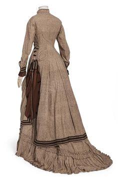 robe à tournure.1880-1885. Bourrette de soie, armure toile  Les Arts décoratifs