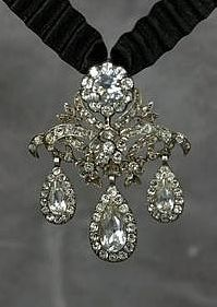 From Third Floor Antiques. An example of the typical 18th century girandole, made with paste diamonds.