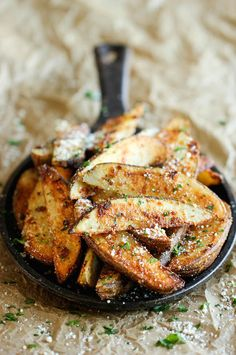 Garlic Parmesan Fries – Amazingly crisp, oven-baked fries coated with freshly grated Parmesan and a generous dose of garlic goodness! Garlic Parmesan Fries – Amazingly crisp, oven-baked fries coated with… Potato Dishes, Potato Recipes, Food Dishes, Side Dishes, Think Food, I Love Food, Good Food, Garlic Parmesan Fries, Baked Garlic