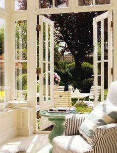 お庭につながるサンルーム。外でも中でもくつろげる素敵なお家ですね♪