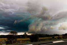 Granizo com algumas pedras até do tamanho de bolas de críquete. A tempestade cruzou a estrada principal e deixou alguns carros com pára-brisas destruídos e janelas quebradas.  Em Lismore e Pottsville, Nova Gales do Sul, Austrália.  Fotografia: Cameron Hinezy.