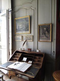 La chambre de la Châtaleine 4/5 | Le secrétaire pour la correspondance et le livre de comptes. j'ai désactivé les commentaires pour cette photo, vous la retrouverez en dessous de la principale.