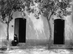 "by Edward Weston  ""Tina El Buen Retiro"", Tacubaya, Mexico City, 1923. From Edward Weston, 1886-1958, Taschen, 1999, p. 59."