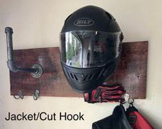 Casco moto hecha a mano y gancho de chaqueta