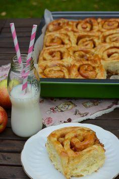 Celebration Treats 4U: Omena-suolakaramelliboston suolakaramellikuorrutuksella, Cinnabon -tyylinen mehevä pulla. Cinnabon, Cinnamon Rolls, Glass Of Milk, Donuts, Waffles, Treats, Breakfast, Food, Frost Donuts