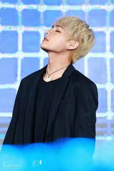 TAE'S JAWLINE JUST CUT MY HEART IN TWO