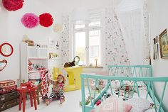 chambre colorée, base blanche et juste un mur de papier peint coloré mais discret