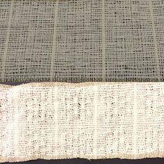 初めて緯糸にペーパーヤーンを使ってみた。洗う前(上)と後(下)。織ってる時はゴワっとしてたけど、洗ったらだいぶソフトになった。軽いし、さわさわって音がしそうだし、のれんとかに良いかも。色の違いは単に光の加減です。  #väv #weaving #paperyarn #droppdräll