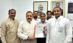Union Minister Dr Jitendra Singh receiving memorandum from a delegation of Nuclear Corporation employees led by Members of Parliament C.P. Joshi and Om Birla at New Delhi.