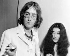 Yoko Ono  (Tokio, 1933) Artista estadounidense de origen japonés. En 1952 se trasladó con sus padres a Nueva York. Su primer marido fue el pianista japonés Tochi Ichiyanagi. A comienzos de su carrera artística, Yoko Ono organizó happenings tales como una exposición de lienzos sin pintar en Tokio