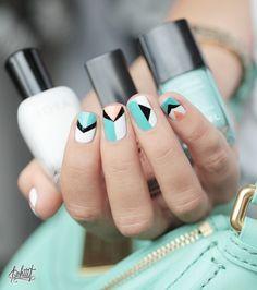 Uñas geométricas de colores negro, blanco, turquesa y aguamarina de Zoya, Chanel y Mar Jacobs.