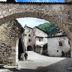 Il cortile interno del bellissimo Castel Beseno a Rovereto, Trentino #nonsolorovereto