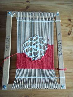 puffy paint on warp and weave around it! puffy paint on warp und weben darum herum ! Weaving Textiles, Weaving Art, Weaving Patterns, Tapestry Weaving, Hand Weaving, Loom Weaving Projects, Knitting Patterns, Weaving Designs, Knitting Tutorials
