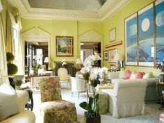Elegant yellow living room, grand white moldings, designed by Mario Buatta Beautiful Interiors, Beautiful Homes, House Beautiful, Mario Buatta, Chinoiserie Chic, Mellow Yellow, Traditional House, Living Spaces, Living Rooms