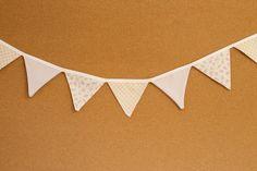 Presentes e Mimos - Bandeirinhas de tecido - Rsa Antigo -  {Pronta-entrega} - faixa com aproximadamente 1,40 m - 10 bandeirinhas de tecido com fino acabamento - cada bandeirinha mede aproximadamente 12 cm x 12 cm - www.tuty.com.br #tuty #presentes #mimos #bandeirinhas #tecido