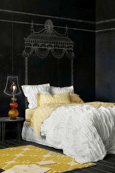 Idée déco originale et DIY : dessiner une tête de lit comme un baldaquin à la craie sur un mur en ardoise