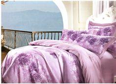 Лилаво стилно спално бельо за вашата спалня. Комбинацията от две материи и два нюанса на лилаво, прави бельото много стилно и изискано. Плика е в лилав основен цвят, широка, бежова лента, от мека и нежна материя, минаваща на средата на лицевата част с тъно лилави рози на светла основа.