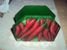 Porta guardanapo em mdf com decoupage de pimenta. Feito por encomenda com a estampa desejada, consulte. R$ 16,00